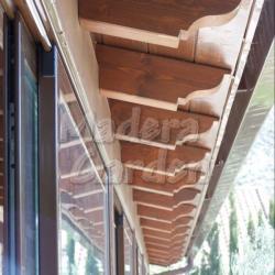 canetes en cubierta de madera